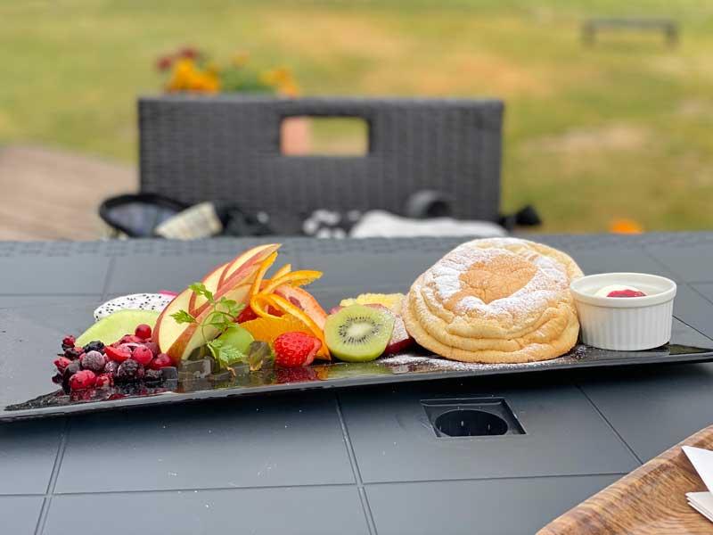 ドッグカフェでパンケーキとフルーツ盛